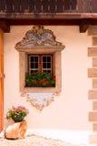 Fenêtre traditionnelle décorative d'une maison alpine Photos libres de droits