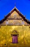 Fenêtre traditionnelle dans le style thaïlandais au temple de la Thaïlande Images libres de droits