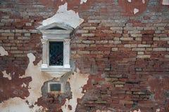Fenêtre vénitienne dans le mur de briques Photographie stock libre de droits