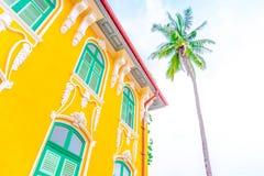 Fenêtre verte et bâtiment jaune Photo stock