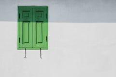 Fenêtre verte sur un mur blanc Photo stock