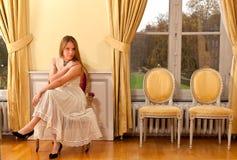 Fenêtre victorienne inquiétée de château de femme Photos libres de droits