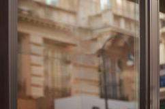 Fenêtre vide vide de boutique pour la maquette Réflexion des façades de ville photographie stock