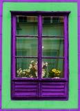 Fenêtre violet Vert façade rouillé vieux photos libres de droits