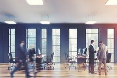Fenêtres étroites, hommes gris de côté de bureau de l'espace ouvert Photo stock