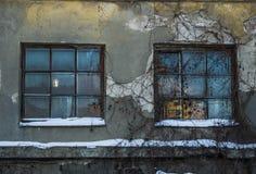 Fenêtres abandonnées de maison Photos stock
