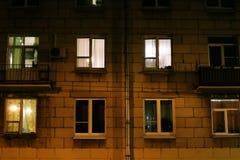 Fenêtres allumées d'un immeuble de nuit images libres de droits