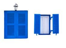 Fenêtres bleues de style grec de Santorini d'isolement Photographie stock libre de droits