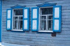 Fenêtres bleues en bois de vintage sur le mur en bois d'une vieille maison photographie stock libre de droits