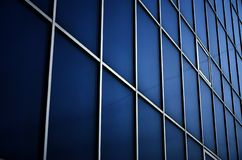 Fenêtres bleues solides de l'immeuble de bureaux Mur de verre Images stock