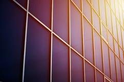 Fenêtres bleues solides de l'immeuble de bureaux Mur de verre Images libres de droits