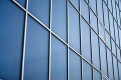 Fenêtres bleues solides de l'immeuble de bureaux Mur de verre Photographie stock