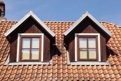 Fenêtres carrelées de toit et de mansarde dans la vieille maison Photos libres de droits