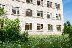 Fenêtres cassées avec le verre heurté Image stock
