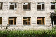 Fenêtres cassées avec le verre heurté Photographie stock libre de droits