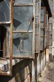 Fenêtres cassées d'un bâtiment Photo stock