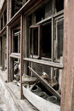 Fenêtres cassées d'une maison en bois Images libres de droits