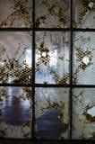 Fenêtres cassées dans le bâtiment abandonné Image libre de droits
