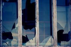 Fenêtres cassées dans un bâtiment Photographie stock libre de droits