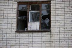 Fenêtres cassées dans un bâtiment Photos stock