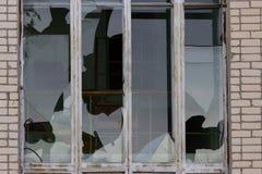 Fenêtres cassées dans un bâtiment Photo libre de droits