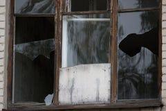 Fenêtres cassées dans un bâtiment Image libre de droits