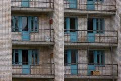 Fenêtres cassées dans un bâtiment Photo stock