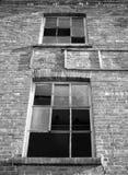 Fenêtres cassées dans un bâtiment industriel abandonné Photo libre de droits
