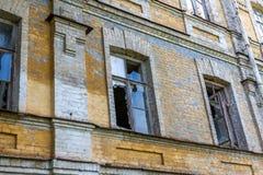 Fenêtres cassées dans un immeuble de brique abandonné Photo libre de droits