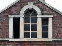 Fenêtres cassées dans un vieux bâtiment abandonné abandonné Image stock