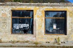 Fenêtres cassées dans une maison abandonnée Image stock