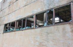 Fenêtres cassées dans une usine abandonnée Photo libre de droits