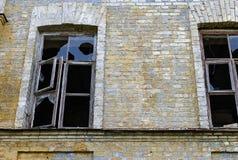 Fenêtres cassées dans une vieille maison Images stock