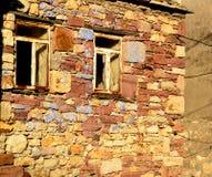 Fenêtres cassées de maison en pierre abandonnée Photo libre de droits