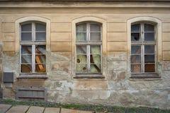 Fenêtres cassées et embarquées- dans une vieille maison abandonnée Photos stock