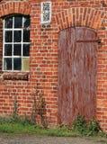 Fenêtres cassées et une porte d'une ruine Image libre de droits