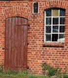 Fenêtres cassées et une porte d'une ruine Photo libre de droits