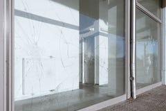 Fenêtres cassées saccagées Photo stock