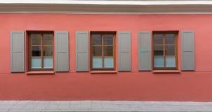 Fenêtres classiques avec des volets image libre de droits