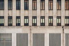 Fenêtres décorées sur un bâtiment Images stock
