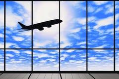 Fenêtres d'aéroport avec l'avion de vol Image libre de droits