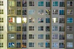 Fenêtres d'appartement la nuit dans le gratte-ciel plein o de nouveau logement Images stock