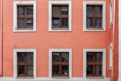Fenêtres d'immeuble dans une vieille ville Image stock