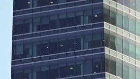 Fenêtres d'immeuble de bureaux sur le skyscaper - inclinaison de plan rapproché de 4k 30p banque de vidéos