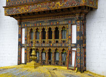 fenêtres dans le monastère et la forteresse Punakha Dzong, Bhutan Photo stock