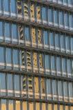 Fenêtres de bâtiment reflétant le ciel Photographie stock libre de droits