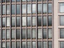 Fenêtres de bureau avec les abat-jour fermés Images stock
