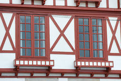 Fenêtres de Chambre dans Saint-Jean-De Luz Photos stock