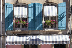 Fenêtres de cottage de style de la Provence de Frances, volets bleus et boîte de fleur Images stock