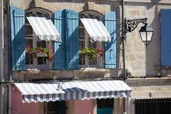 Fenêtres de cottage de village de style de la Provence de Frances, volets bleus et fleur Image libre de droits